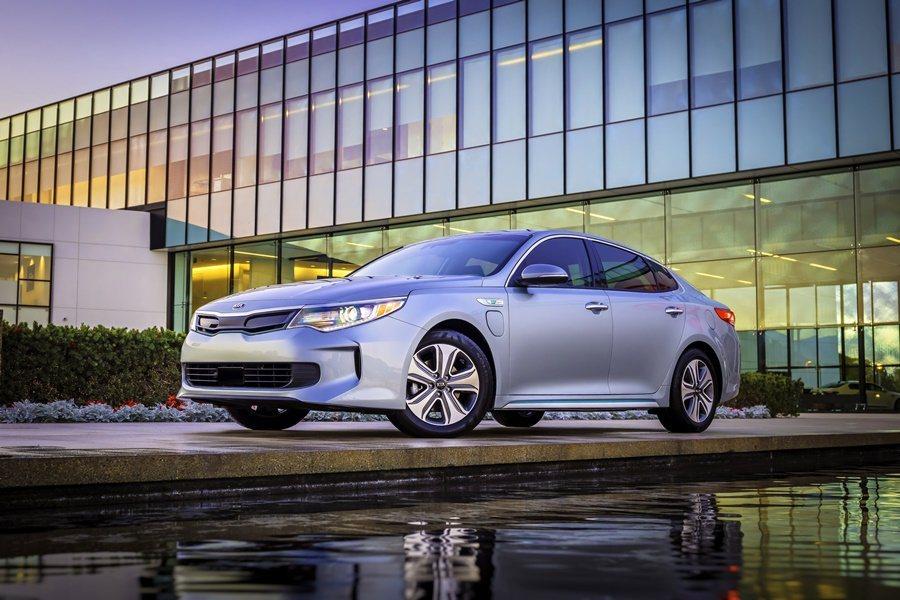 KIA本月的芝加哥車展,推出品牌首度開發插電式油電車Optima PHEV,預定今年第4季正式量產和眅售。 圖/KIA提供