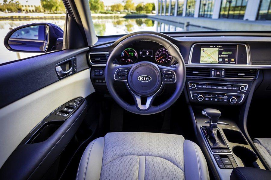 精緻化的內裝,有油電動力車款專屬的特有的控制界面、儀表與中控台。。