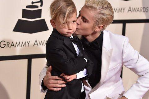 第58屆葛萊美獎星光大道上,小賈斯汀帶著他同父異母的弟弟Jaxon Bieber走紅毯,兩人一黑一白的造型帥氣的造型吸引不少目光,不過才6歲的Jaxon Bieber看來是太緊張,小賈斯汀不斷逗弄弟...