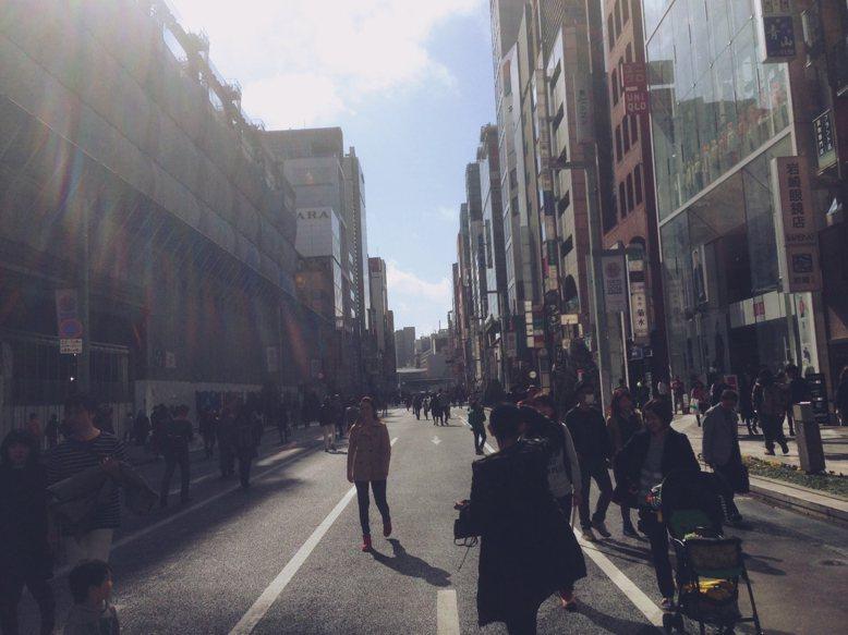 東京選擇最熱鬧的地點,由警察負責執行假日的無車日活動,以宣示對行人路權的尊崇。 圖/作者自攝
