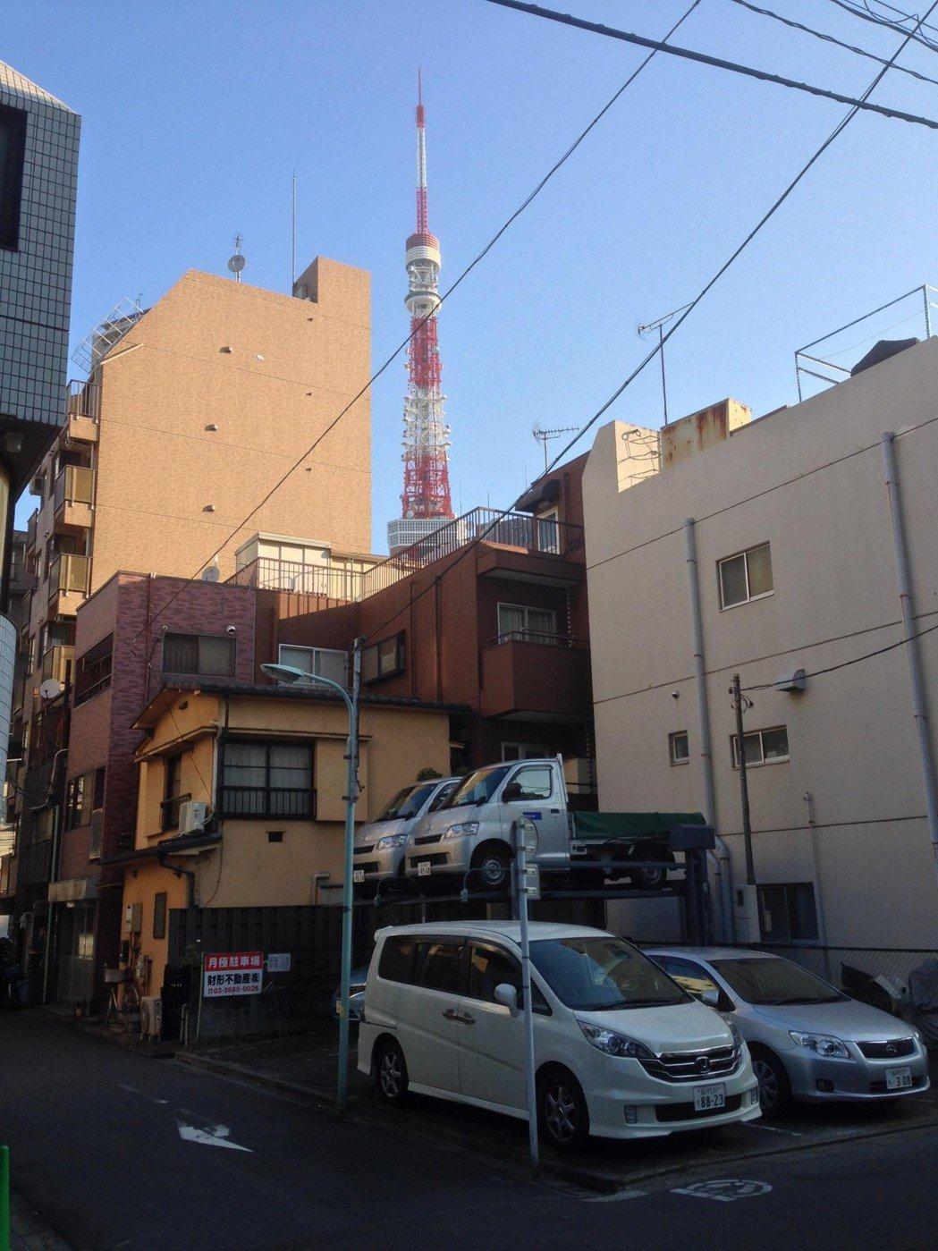 為因應城市裡逐年增加的車輛,東京各社區有私人所設的平面或立體停車場。 圖/作者自攝