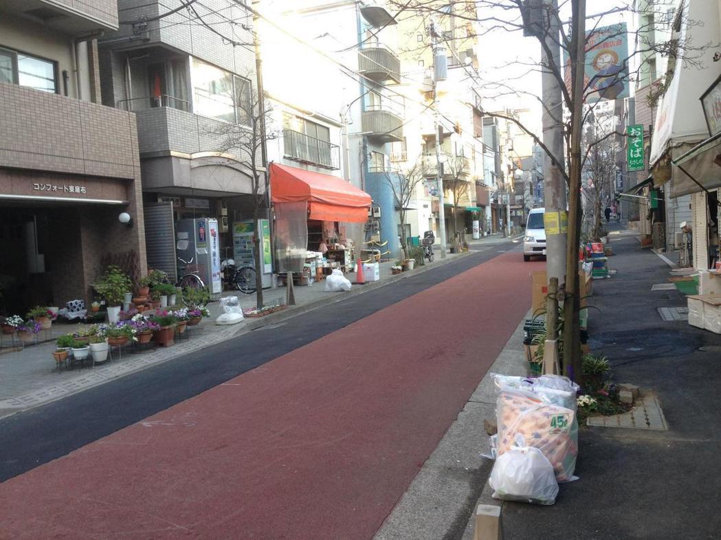 東京人的家庭垃圾,以專用垃圾袋包好,放在住家外的人行道邊,讓清潔隊前來清運。 圖/作者自攝