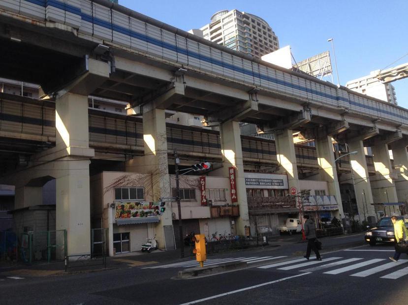東京的高架道路下方允許開設餐廳,且隔音與防震都做得很好。 圖/作者自攝