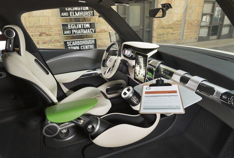 駕駛座一側有可無段彈性調整的扶手,中控台一側是一個可移動式的工作檯或閱讀桌,中控台上有平板電腦放置座。