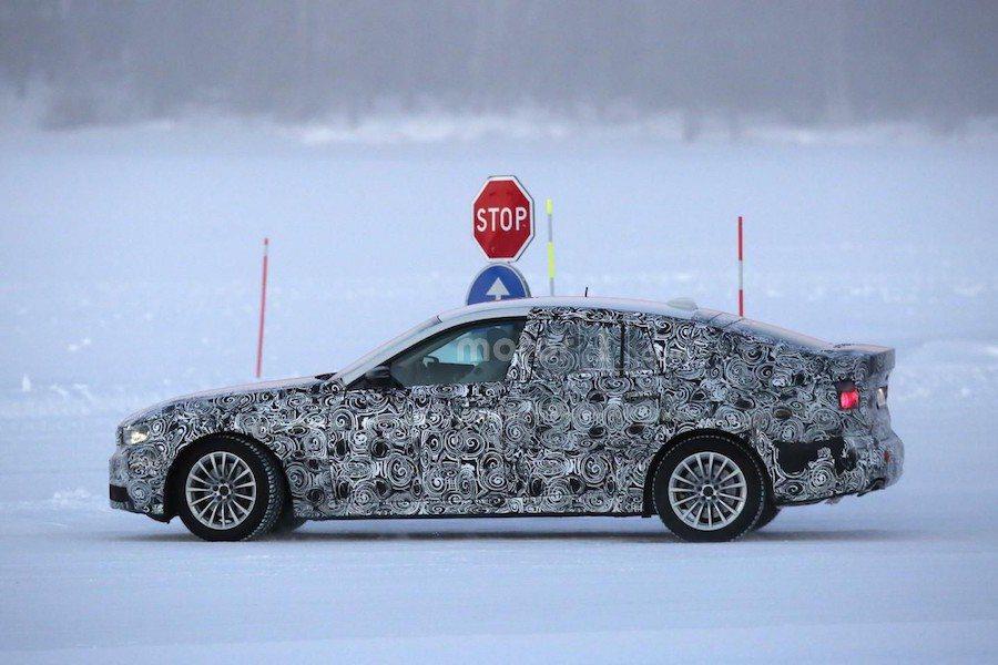 新一代5GT有較低斜的車頂造型,整體也不像前代車型般龐大。 摘自motor1.com