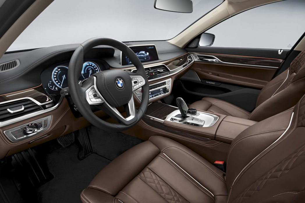 740e Plug-in Hybrid內裝大抵維持原貌,僅於儀錶板與中控螢幕上提供相關Hybrid車型專屬的行車資訊。 摘自BMW.com