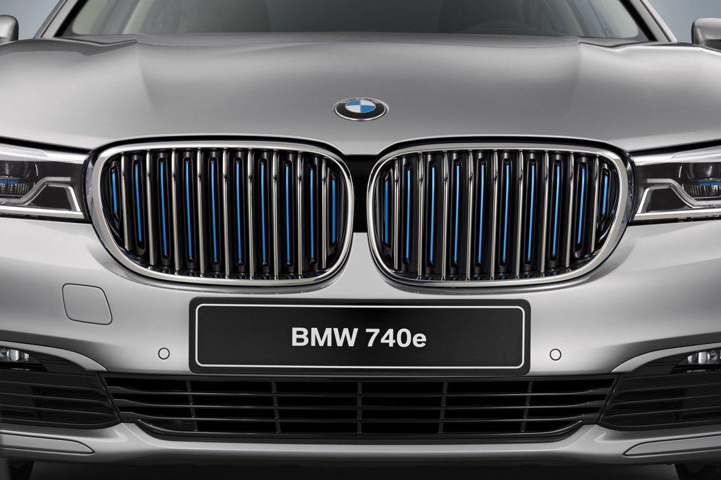 740e外觀方面導入許多iPerformance的專屬特色,如水箱罩藍色飾條等。 摘自BMW.com