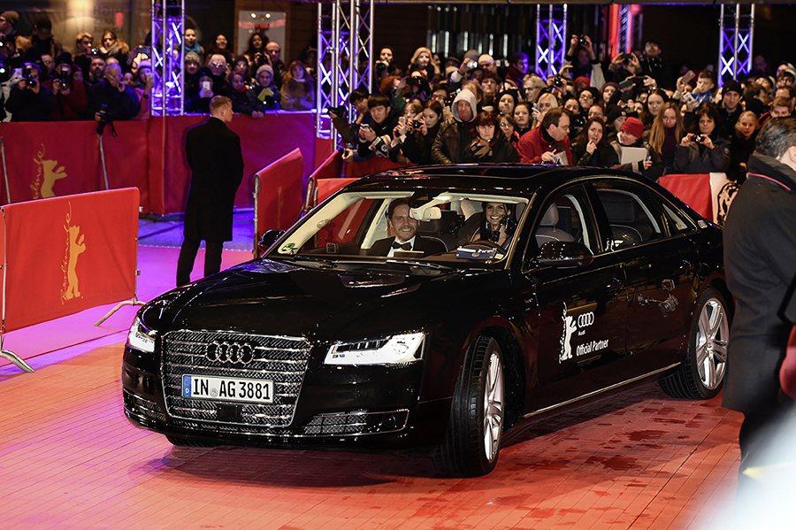 載無人自動駕駛科技的Audi A8 L W12帶領德國演技派小生,同時也是Audi品牌大使的丹尼爾‧布爾(Daniel Brühl)與女友步入星光大道。 Audi提供