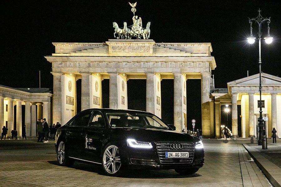 Audi首度以搭載無人自動駕駛科技的A8 L W12踏上踏上柏林影展開幕式,展現四環品牌卓越科技。 Audi提供