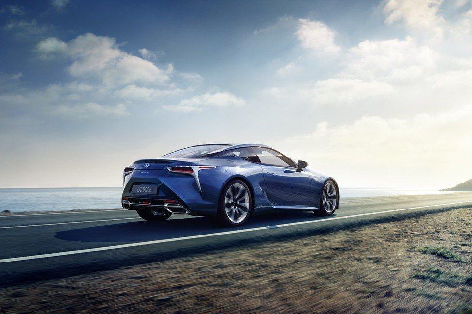 LC 500h大抵維持LC 500的線條設計,但原廠仍於水箱護罩與車尾上方增添藍色廠徽,以及車尾LC 500h銘牌,表明其身分。 摘自Lexus.com