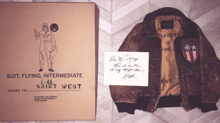 Ralph Lauren送肯伊次子的夾克上,出現中華民國國徽。圖/擷自Insta...