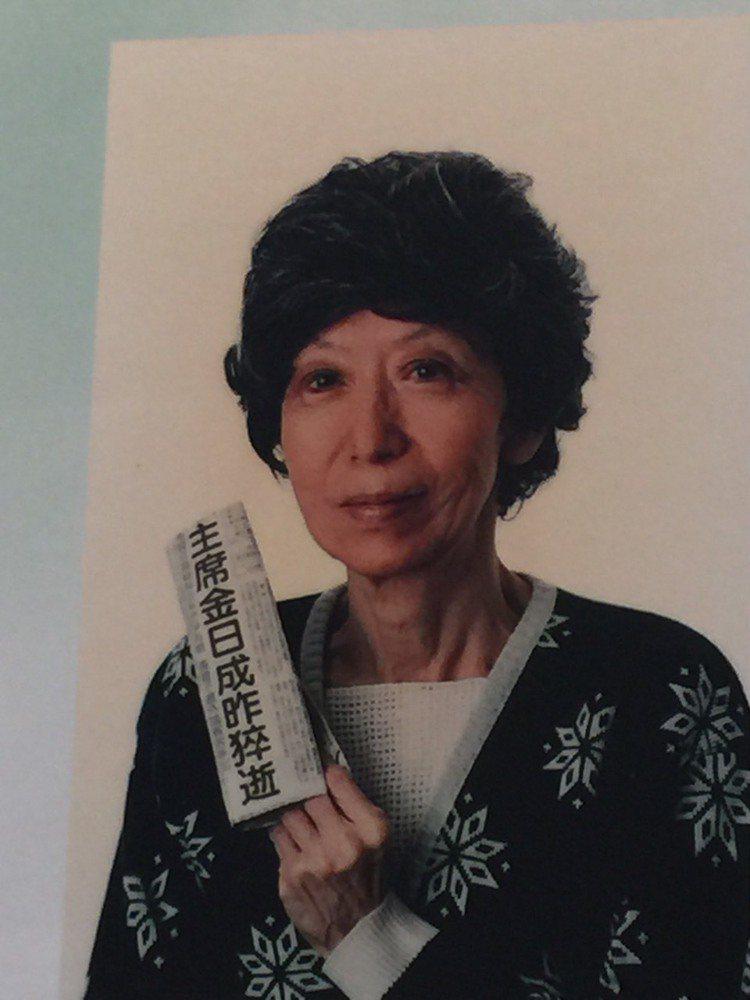 張愛玲生身最後一幀相片,戴著假髮、身穿雪花綠白色毛衣。陶福媛/翻攝