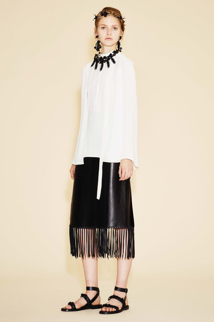 Valentino早春基本黑白搭配呈現都會時尚感。圖/Valentino