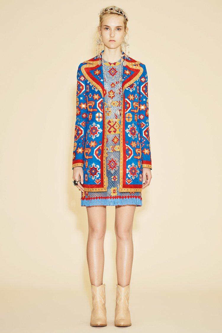 時尚圈早春也出現許多異國圖騰花樣,靈活運用土耳其藍+橘紅色打造搶眼對比時尚。圖/...
