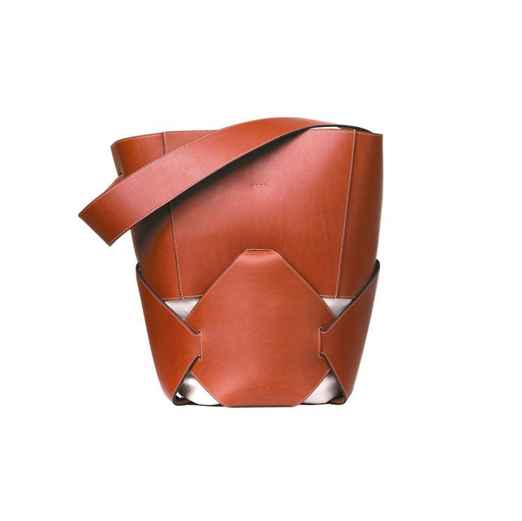 Holdall磚褐色天然小牛皮手提肩背包,10萬元。 圖/CELINE提供