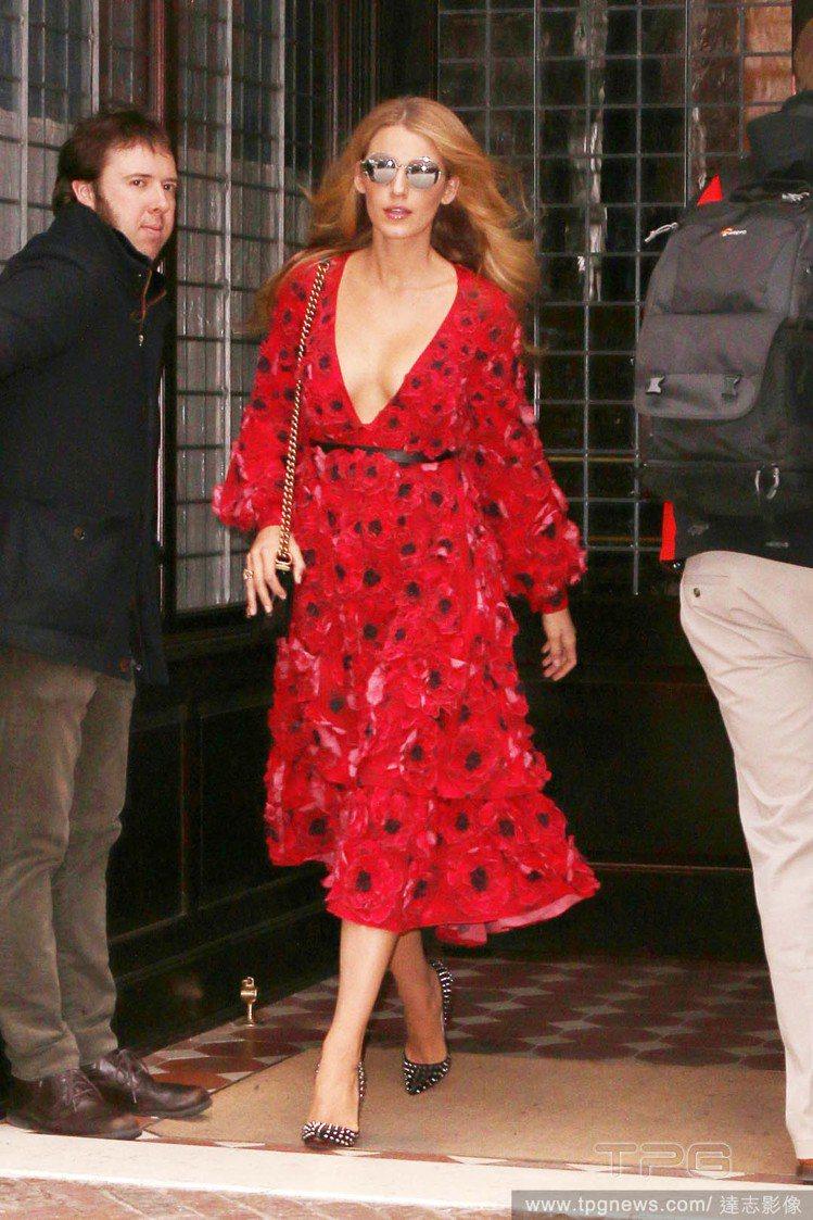 近日忙著參加時裝周的她穿著一身紅色低胸洋裝現身紐約,搭配灰色尖頭高跟鞋,性感優雅...