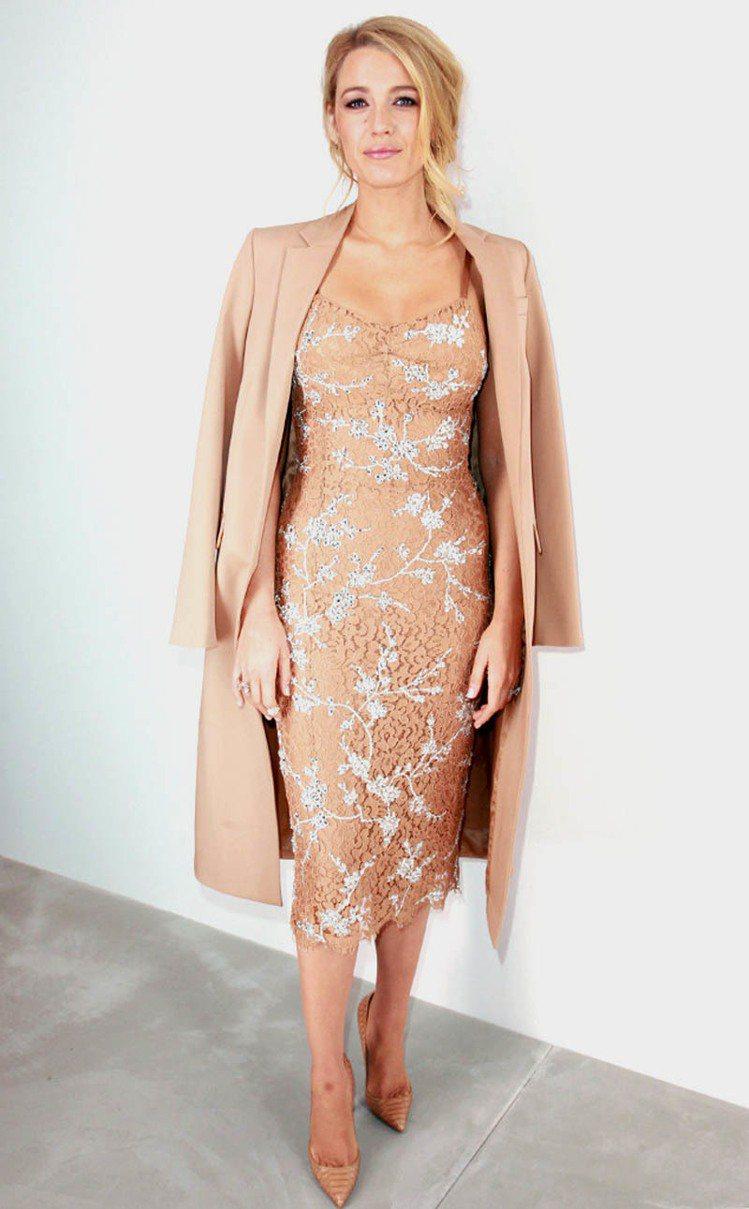 在 Michael Kors 的秀上,布蕾克萊佛莉換上駝色大衣配雕花緊身洋裝,展...