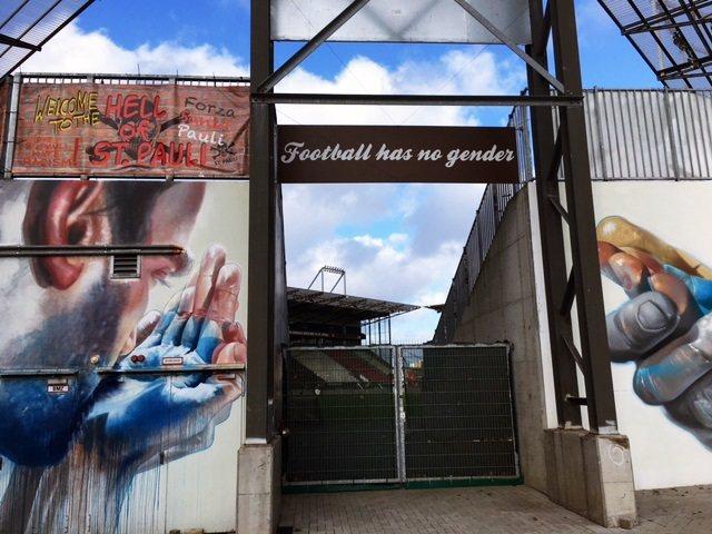 聖保利成為第一支禁止右派種族主義標語進場的德國球隊,球場其中一個入口寫著Foot...