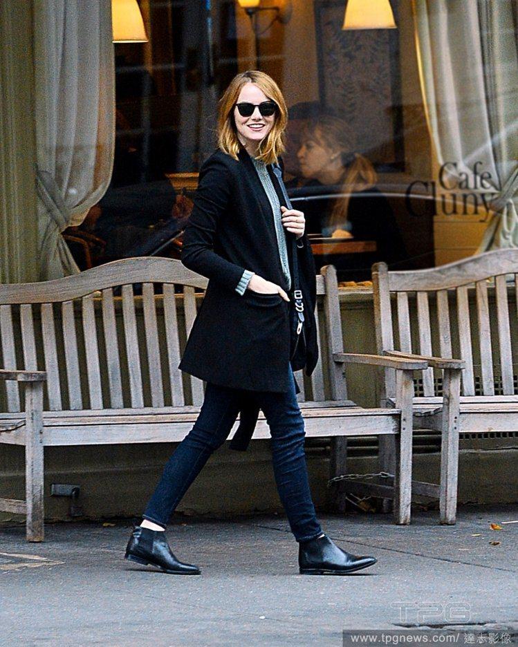 率性的低跟踝靴是艾瑪史東的私服必備單品。圖/達志影像
