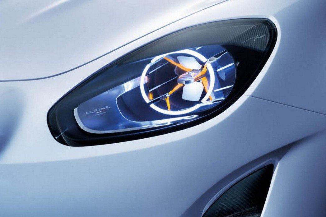 頭燈內部增加導光LED日行燈與方向燈,增添帥氣度。 摘自Reuault.com