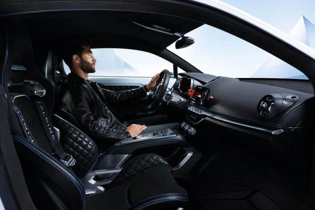 座艙寶入賽車式座椅,加上黑色菱格座椅與銀色飾板,競技風格強烈。 摘自Reuault.com