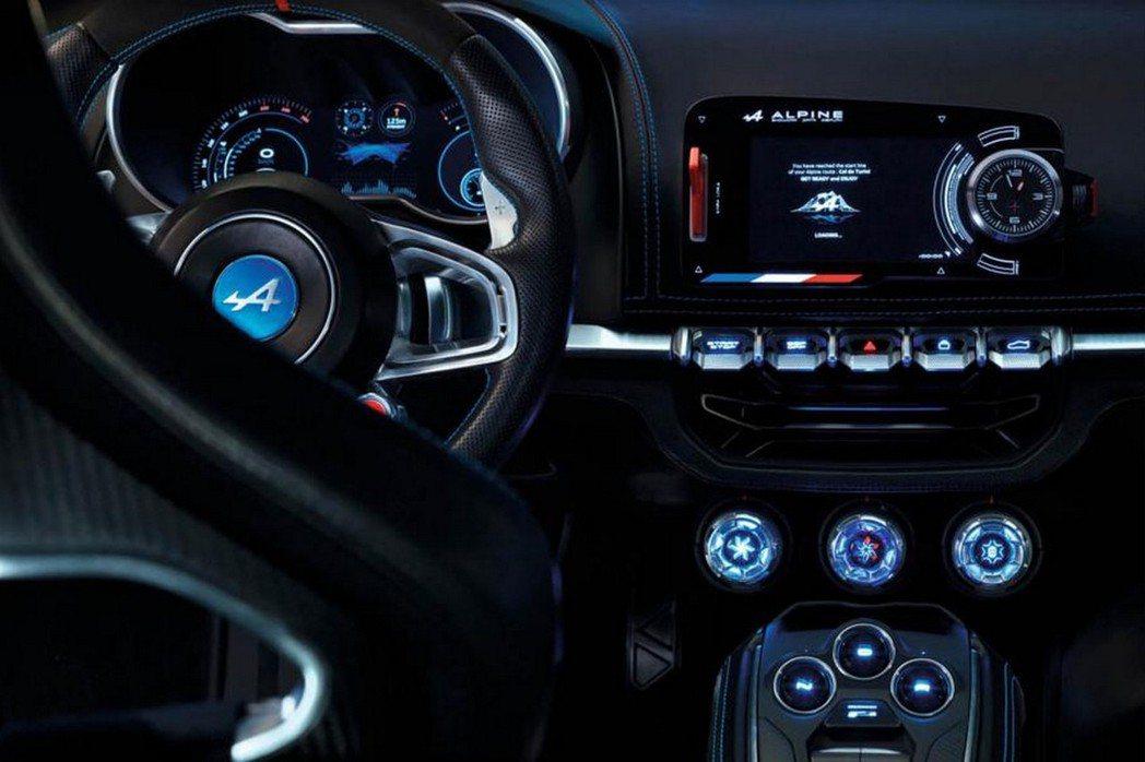 Alpine Vision概念車中控台上具備獨立多媒體影音系統,而儀錶組同為全液晶顯示幕,搭配炫藍背光營造科技感。 摘自Reuault.com