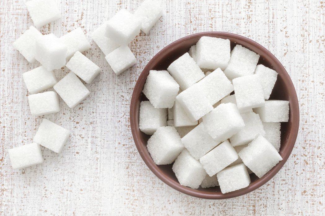 說到後來和菓子最重要的砂糖,也是由唐所傳入,遣唐使帶回了很少量的砂糖,但主要當成...