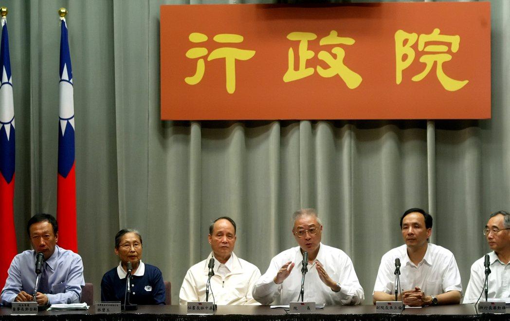 2009年9月行政院舉行莫拉克颱風重建會後記者會,鴻海集團董事長郭台銘(左一)、...