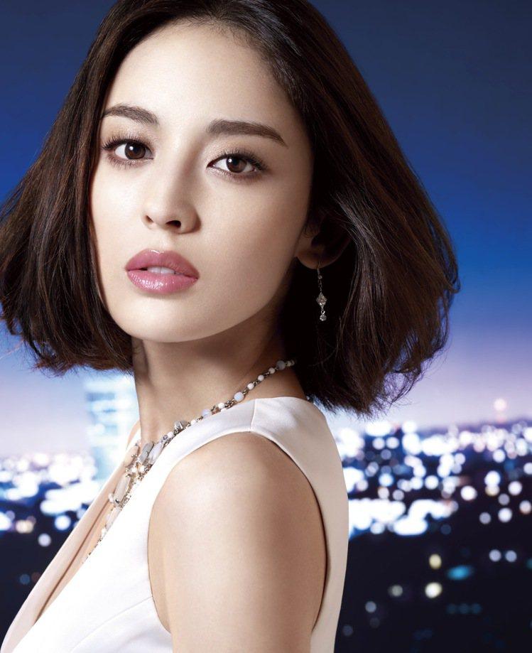 Za美膚模式CC棒可以輕鬆實現均勻服貼的粉霧妝感。圖/Za提供