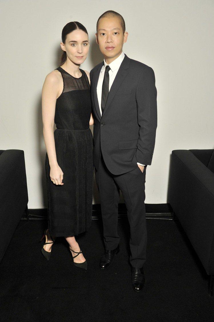 魯妮瑪拉(左)出席BOSS 2016秋冬發表會與藝術總監Jason Wu合影。圖...