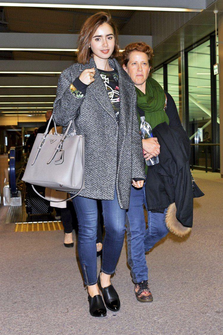 莉莉柯林斯穿著Yosi Samra踝靴,展現率性穿搭。圖/SHOE PLUS提供