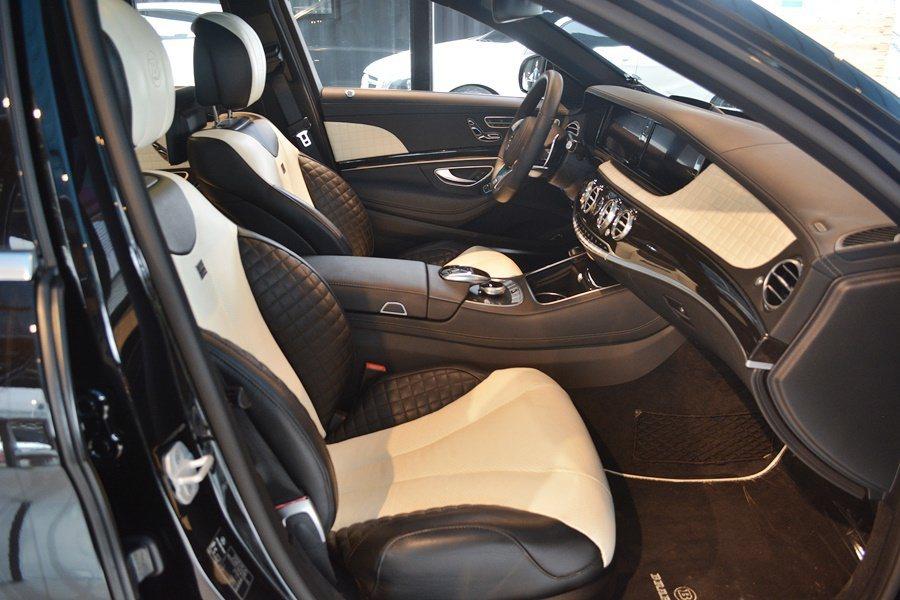 S850內裝用了手工縫製經典格紋的Mastic頂級牛皮座椅和門側飾板。