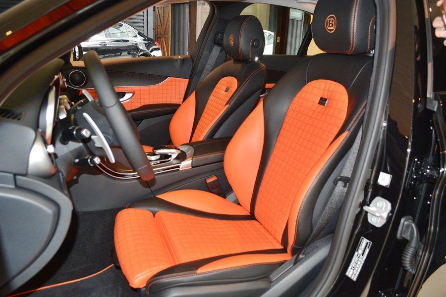 B25以賓士的C250加以升級改造,內裝也採橘黑對比配色。