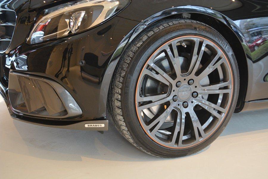 B25輪圈的輪輻上,配合內裝配色也加了一圈橘色塗裝,相當醒目誘人。