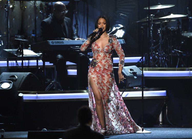 蕾哈娜的款式肩膀處以立體花朵的裝飾強調肩線,搭配超高衩的裙子,火辣性感。圖/美聯...