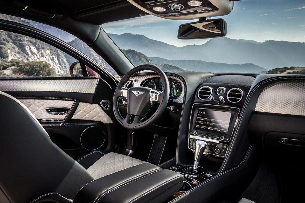 內裝加入黑色木紋飾板、鋁質式板、運動型方向盤等增添競技氣息。 摘自Bentley.com