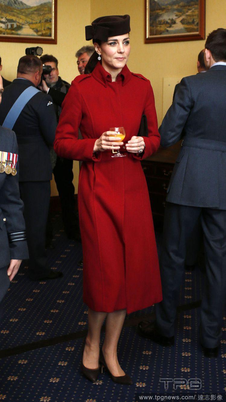 凱特王妃回收 LK Bennett 紅大衣來穿,並搭配 Lock&Co. 黑咖啡...