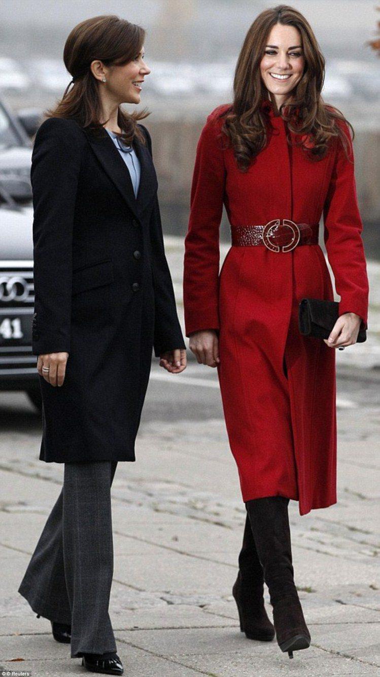 2011 年時,凱特王妃在一次與聯合國兒童基金會(UNICEF)會面中穿過這件紅...
