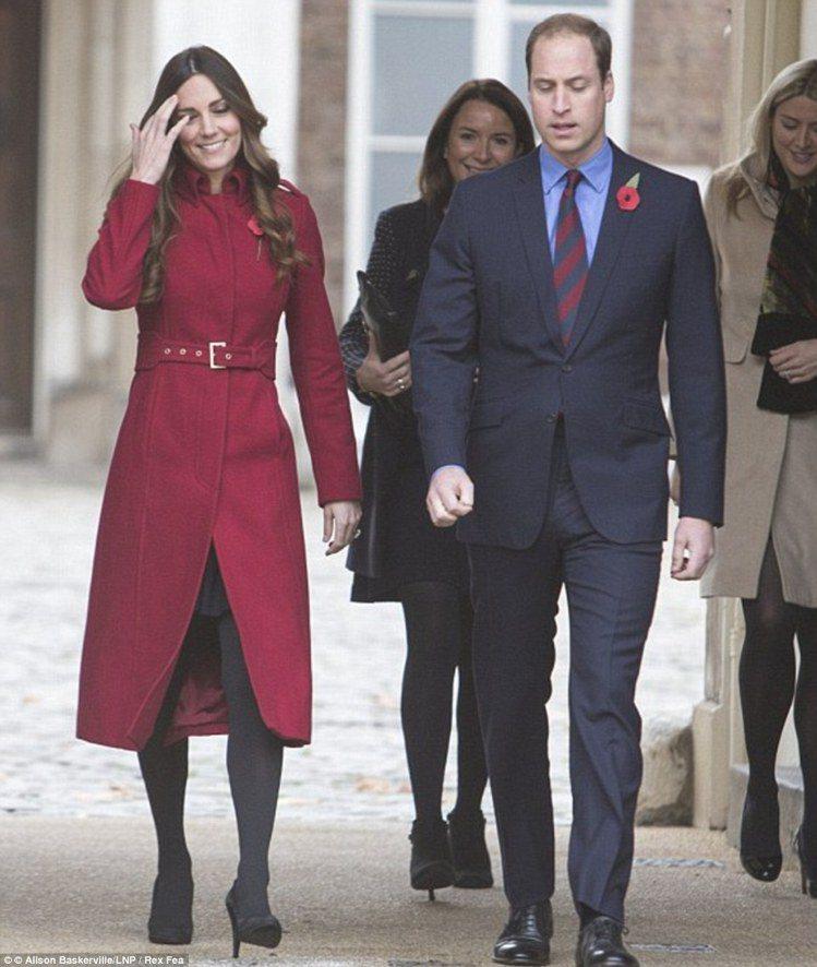 2013 年凱特王妃套上同一件大衣。圖/擷自每日郵報