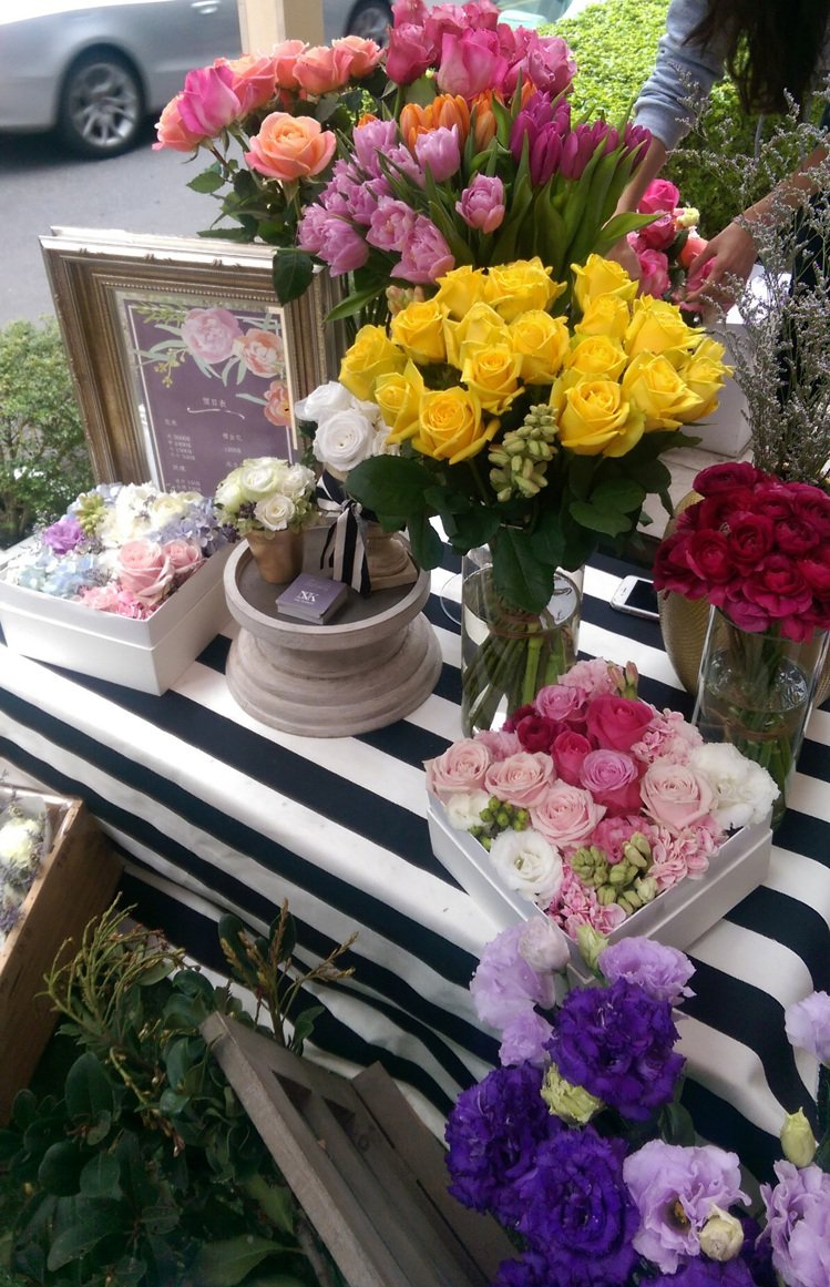 THE FLORIST 則是現場販售小花束、花禮,以花色花香點綴活動。記者吳曉涵...
