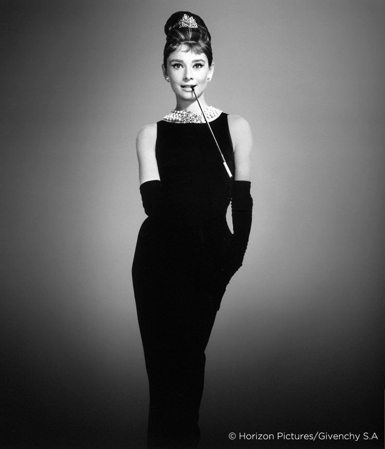 紀梵希為奧黛麗赫本在電影「第凡內早餐」設計的黑色洋裝,成為巴黎少女的制服。圖/天...