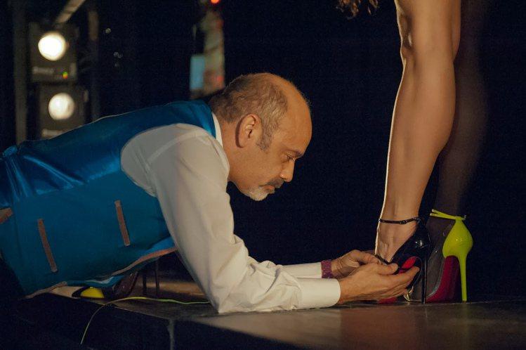 「魅惑紅底鞋」描述女鞋設計師克里斯提安盧布登(左)發跡的故事。圖/天馬行空提供