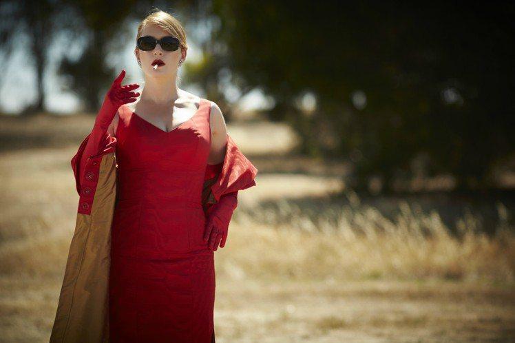 女星凱特溫絲蕾在電影「惡女訂製服」裡飾演成功的時尚設計師。圖/威視提供
