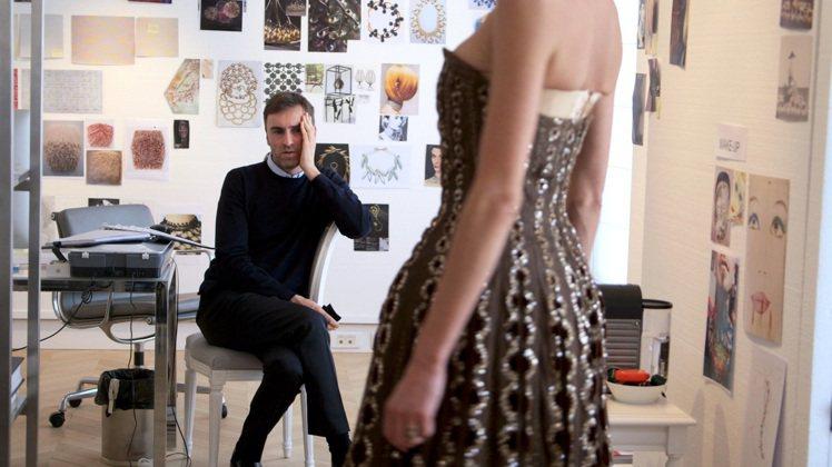 「璀璨風華‧Dior之夜」描述設計師羅夫西蒙如何在兩個月內打造高訂秀的過程。圖/...
