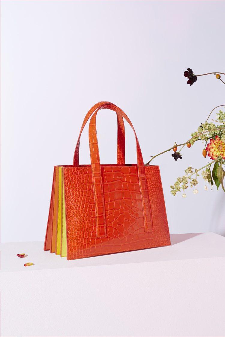 暖色漸層邊褶橘色鱷魚皮手提包,售價未定。圖/Paul Smith提供