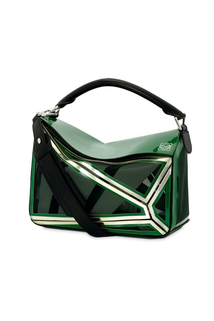 Puzzle黑色網眼拼接綠色牛皮手袋,售價97,000元。圖/LOEWE提供