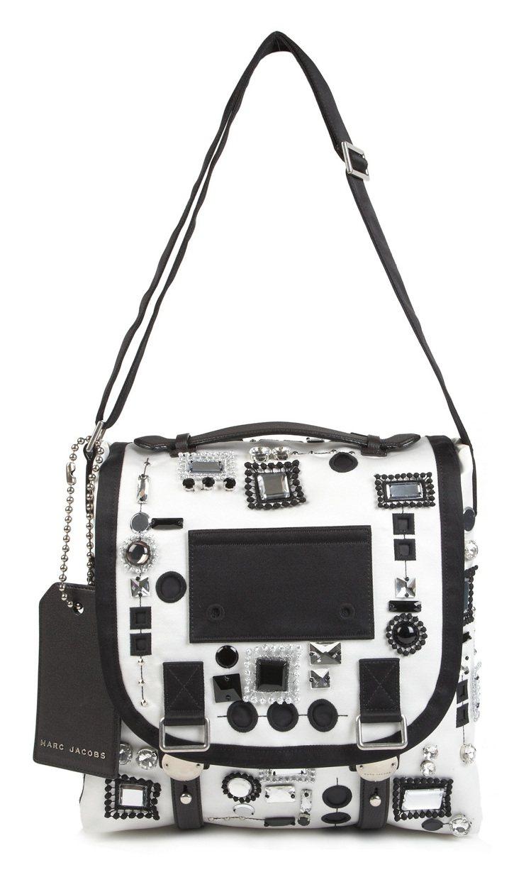 寶石刺繡BigTrooper包,售價189,900元。圖/Marc Jacobs...