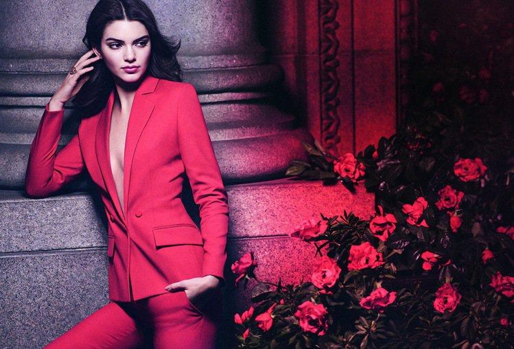 21歲超模坎達兒珍娜為雅詩蘭黛繆思香水魅力紅限定版拍攝的形象廣告,傳達紅色女人味...