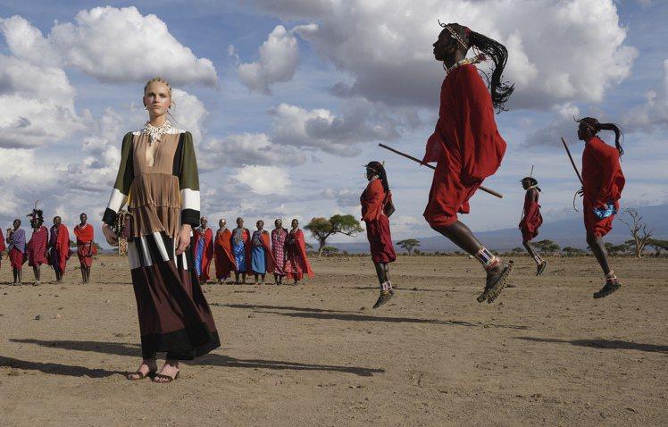 Valentino廣告選在非洲部落取景,呼應民俗風主題的新裝。圖/Valenti...