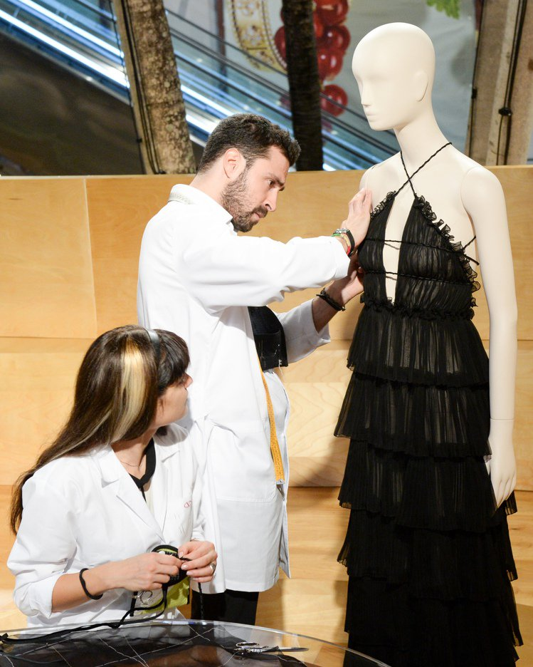 Valentino工匠於展覽會場演繹精緻工藝。圖/Valentino提供
